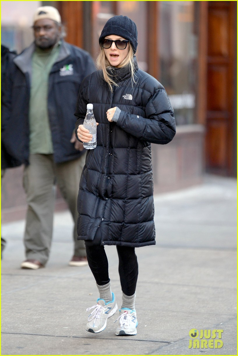 amanda seyfried jogs in the freezing big apple weather 05