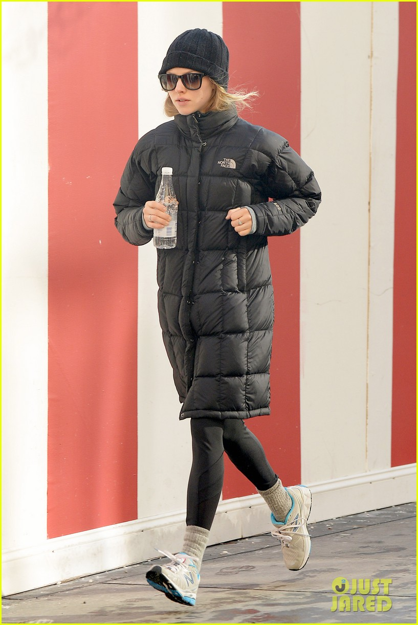 amanda seyfried jogs in the freezing big apple weather 073014914