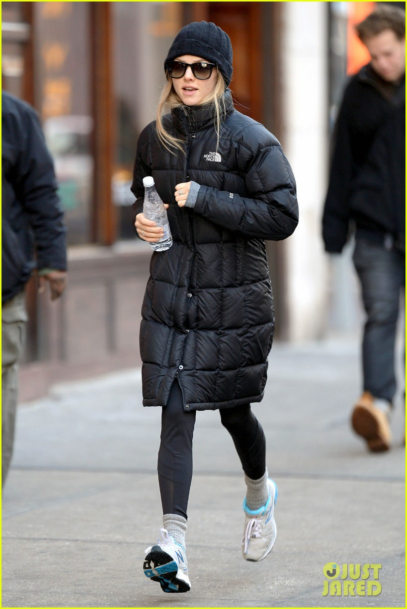 amanda seyfried jogs in the freezing big apple weather 083014915