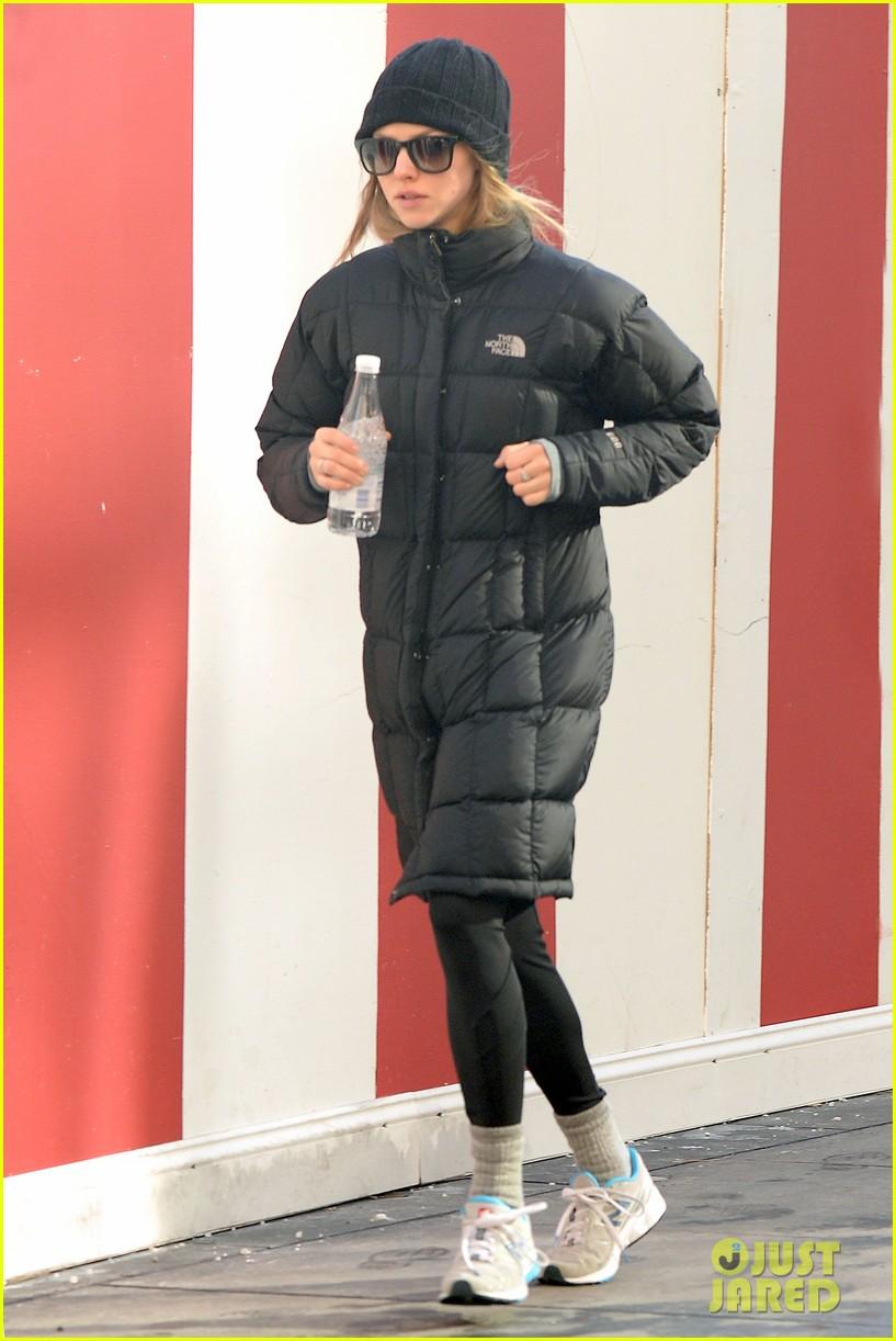 amanda seyfried jogs in the freezing big apple weather 093014916