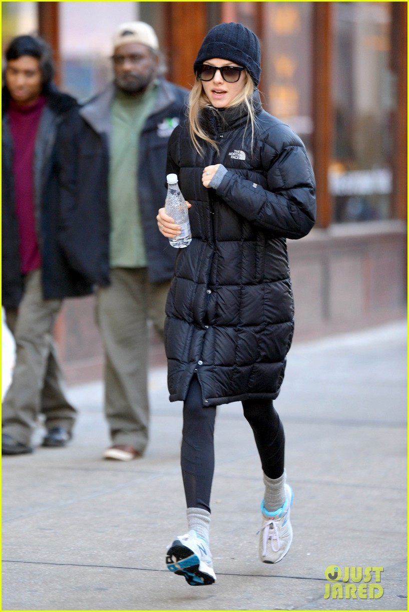 amanda seyfried jogs in the freezing big apple weather 103014917