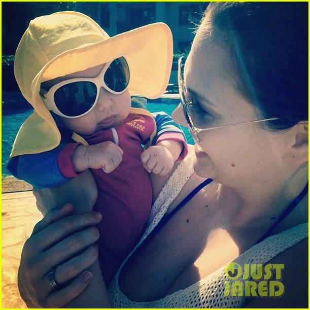 stephen amell hawaii trip with cassandra jean baby mavi 023018228
