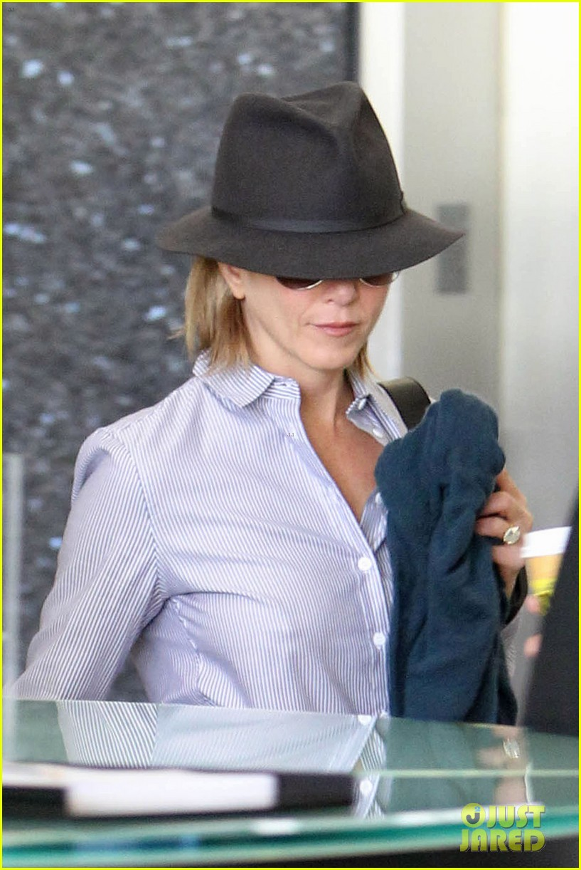 jennifer aniston visits skin care clinic after christmas shopping 023006550