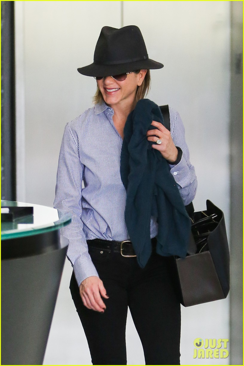jennifer aniston visits skin care clinic after christmas shopping 04
