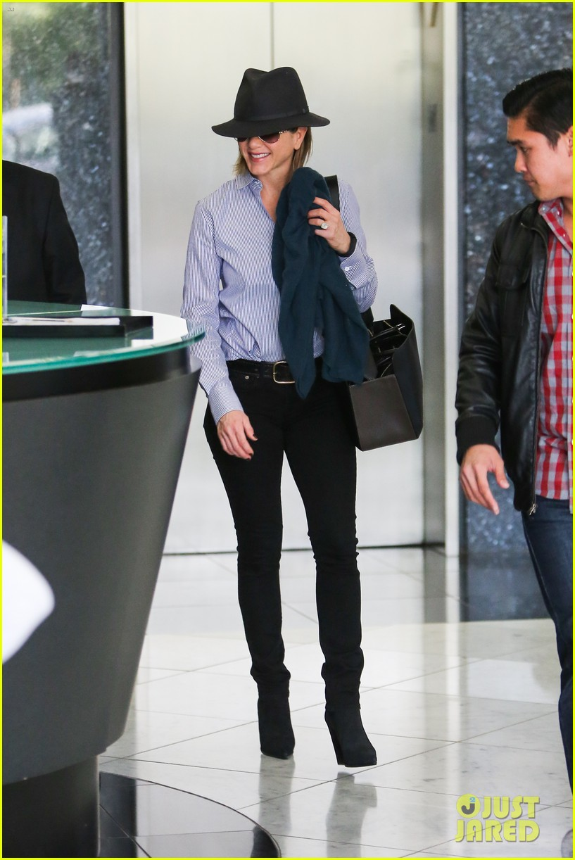 jennifer aniston visits skin care clinic after christmas shopping 06