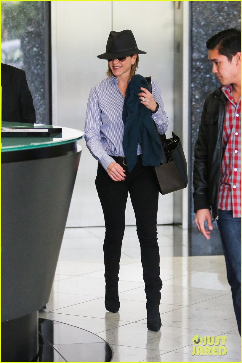 jennifer aniston visits skin care clinic after christmas shopping 083006556