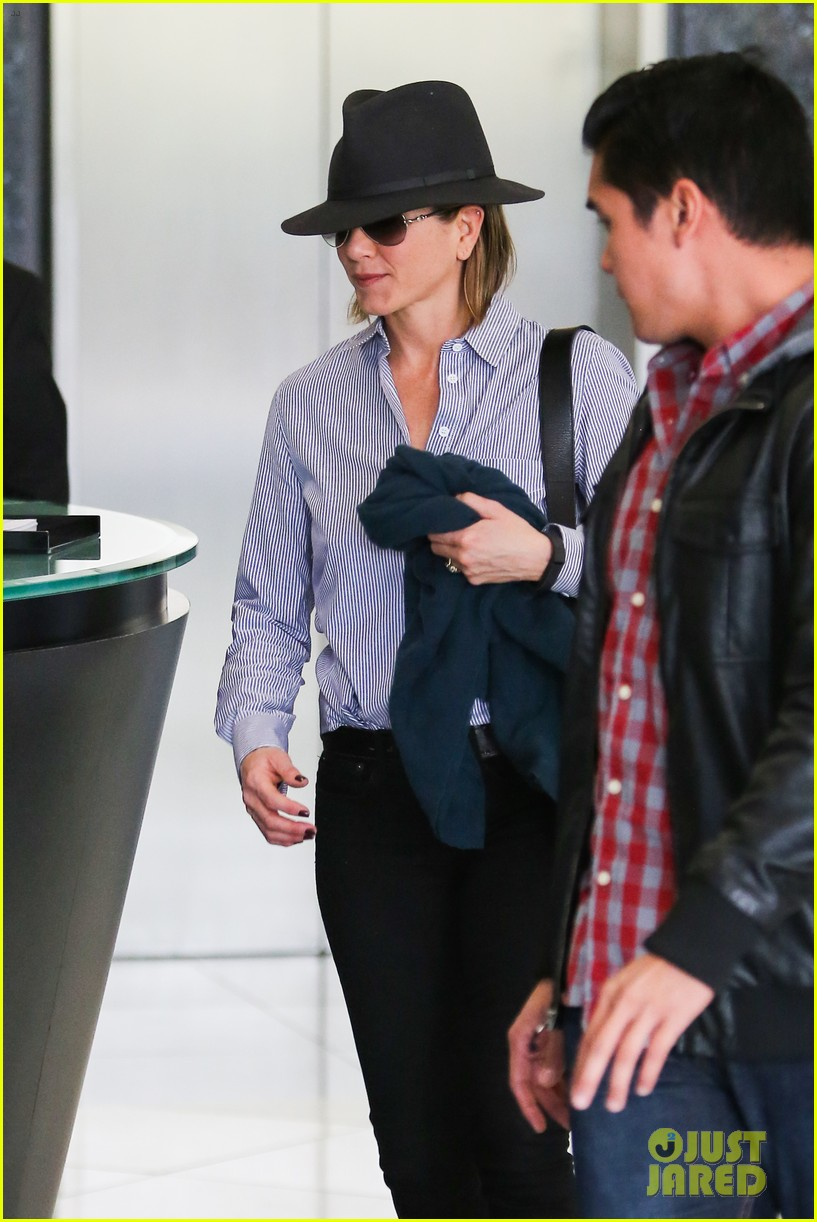 jennifer aniston visits skin care clinic after christmas shopping 09