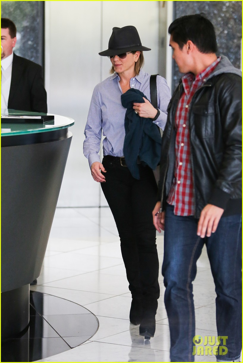 jennifer aniston visits skin care clinic after christmas shopping 103006558