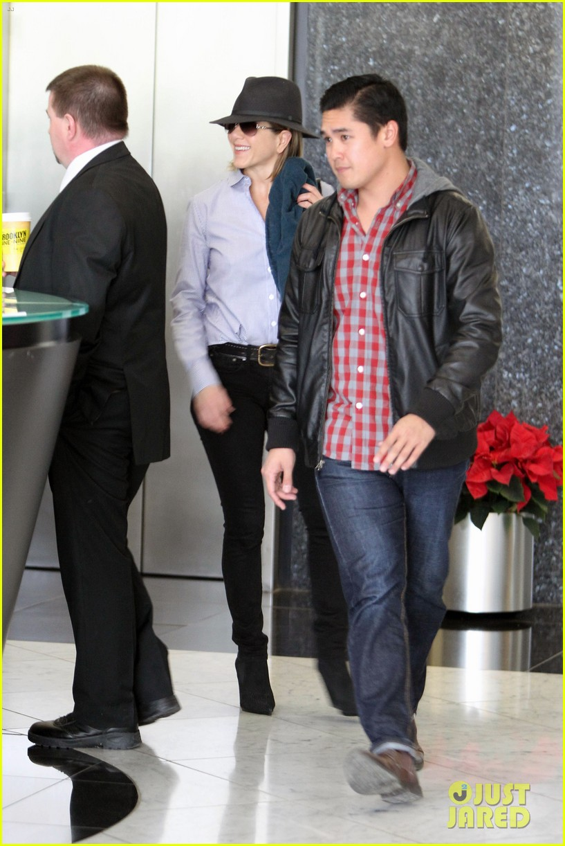 jennifer aniston visits skin care clinic after christmas shopping 123006560