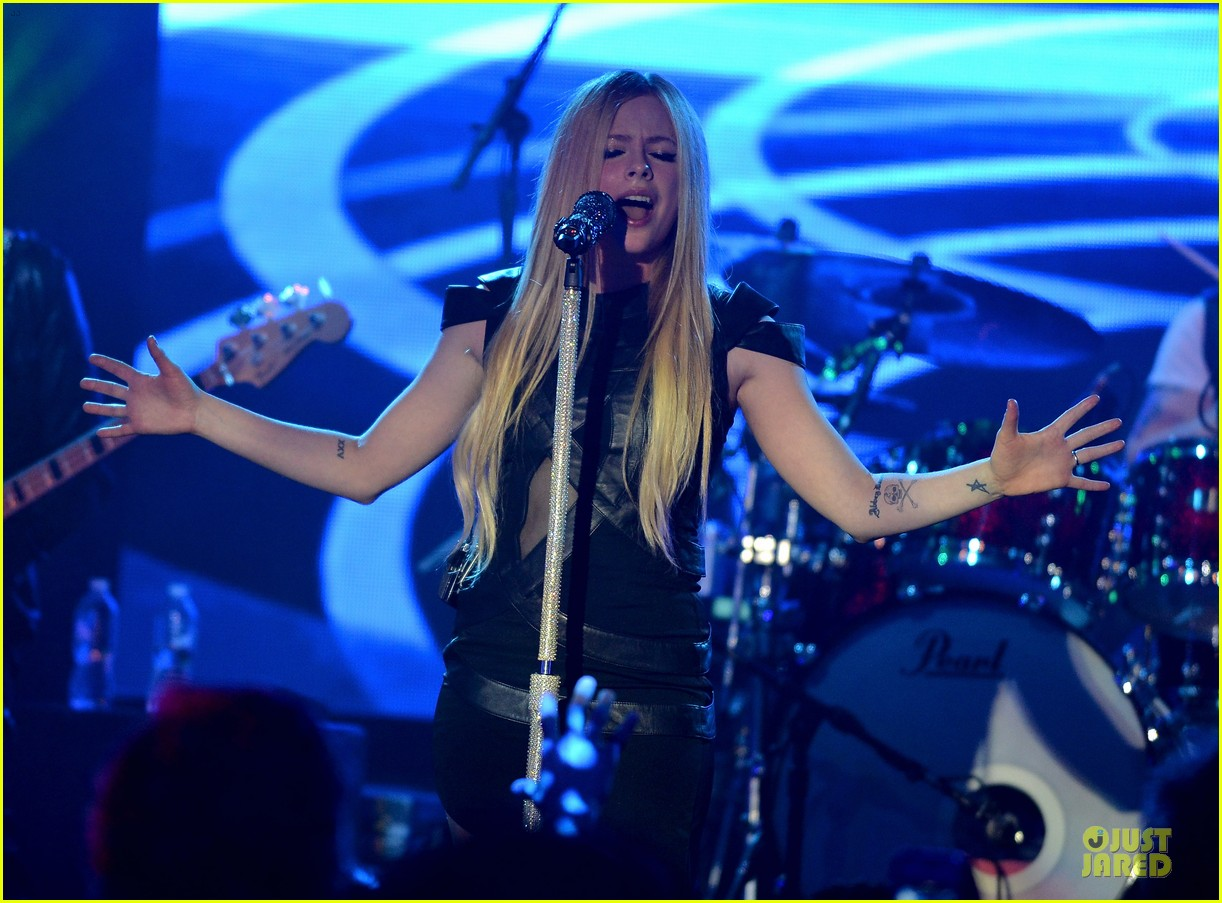 avril lavigne q102 jingle ball 2013 performer 05