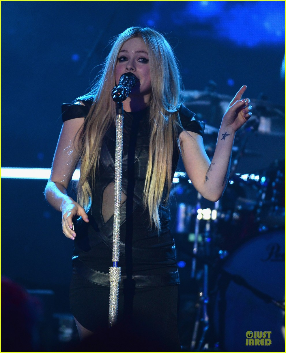 avril lavigne q102 jingle ball 2013 performer 09