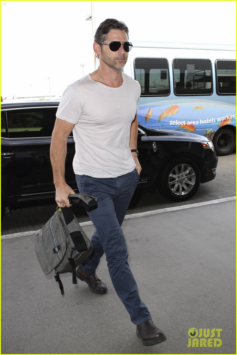 eric bana looks super buff while flying out of los angeles 013003552