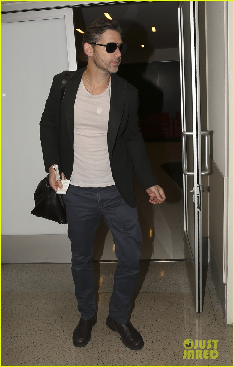 eric bana looks super buff while flying out of los angeles 053003556