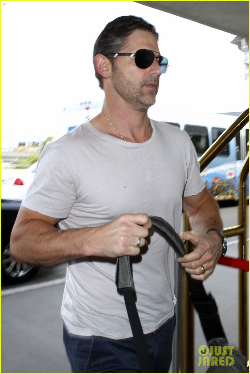 eric bana looks super buff while flying out of los angeles 11