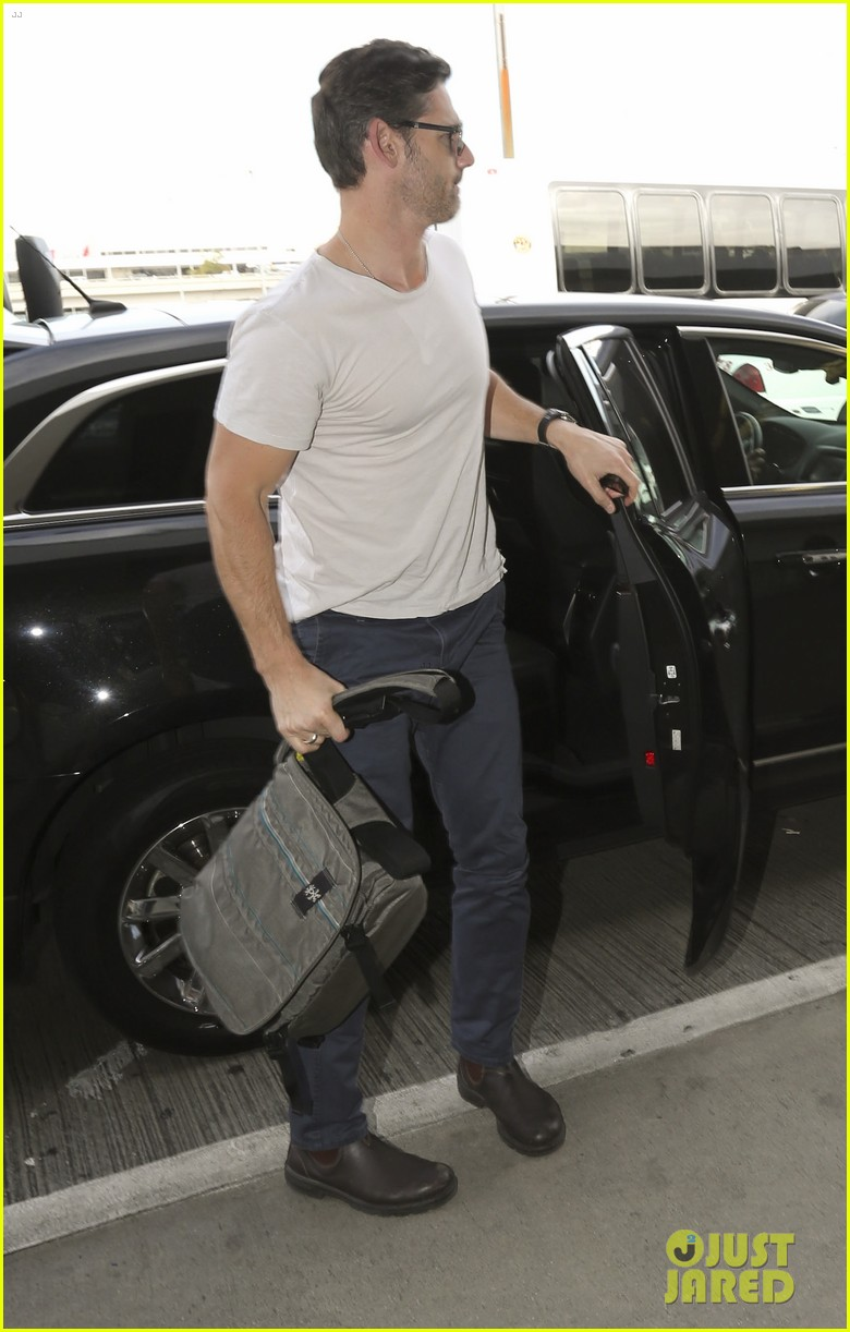 eric bana looks super buff while flying out of los angeles 13