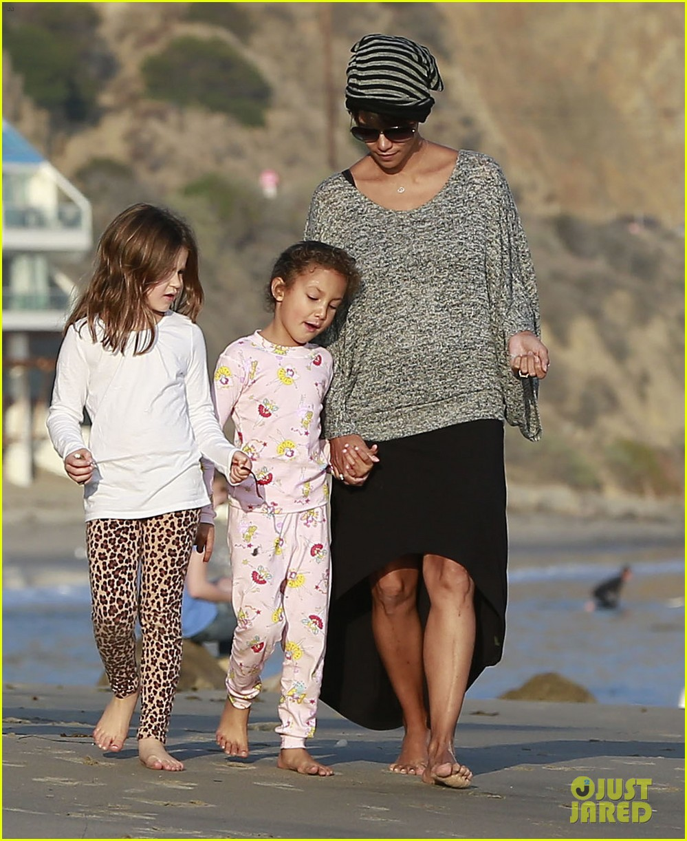 halle berry strolls the beach with nahla friends 01