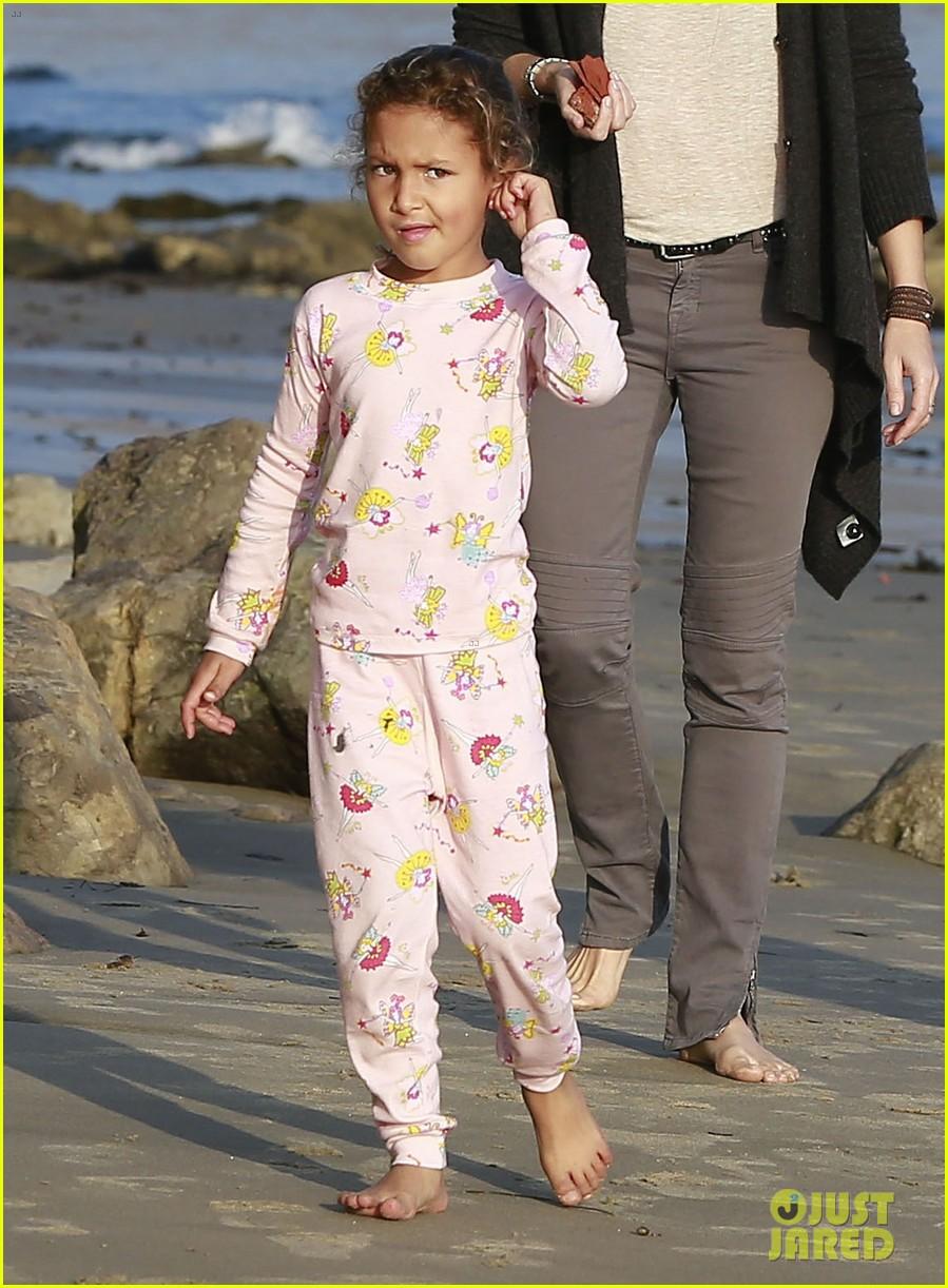 halle berry strolls the beach with nahla friends 023016058