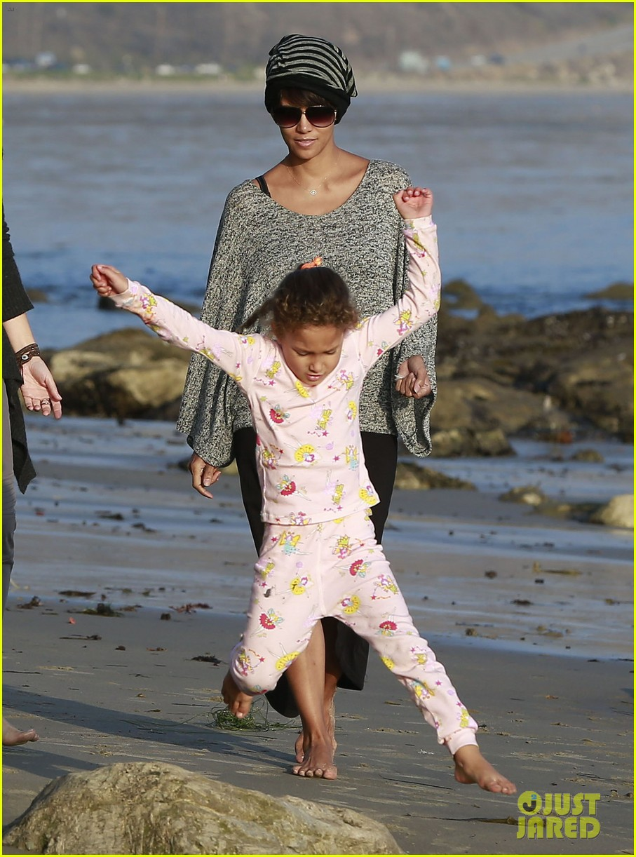 halle berry strolls the beach with nahla friends 033016059