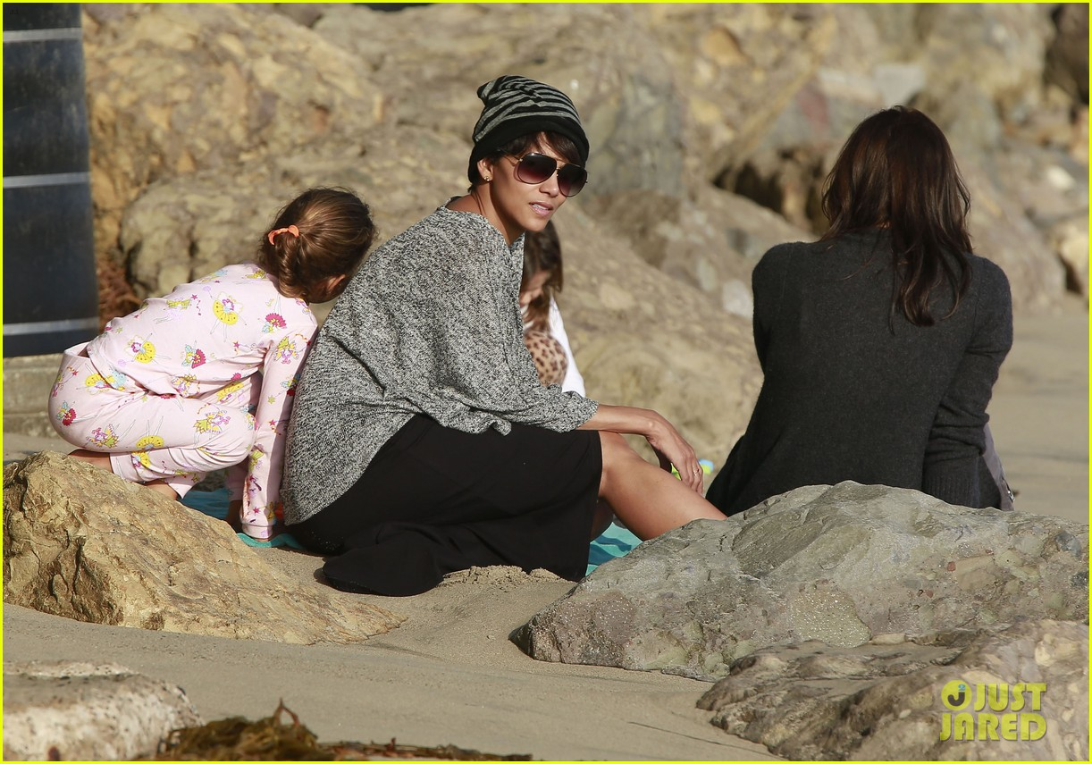 halle berry strolls the beach with nahla friends 043016060