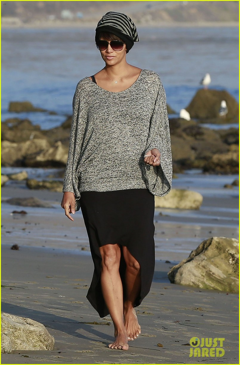 halle berry strolls the beach with nahla friends 053016061