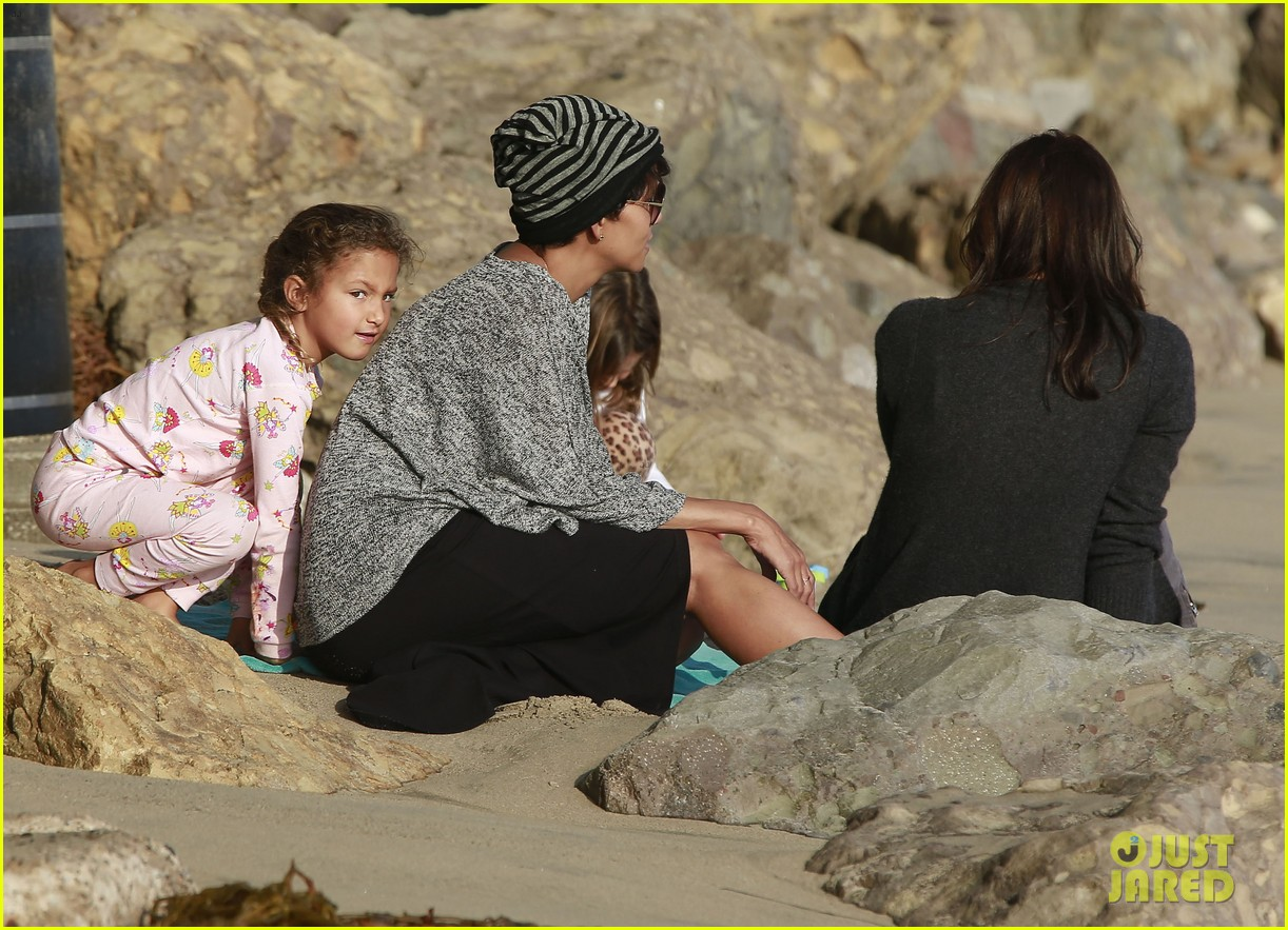 halle berry strolls the beach with nahla friends 063016062