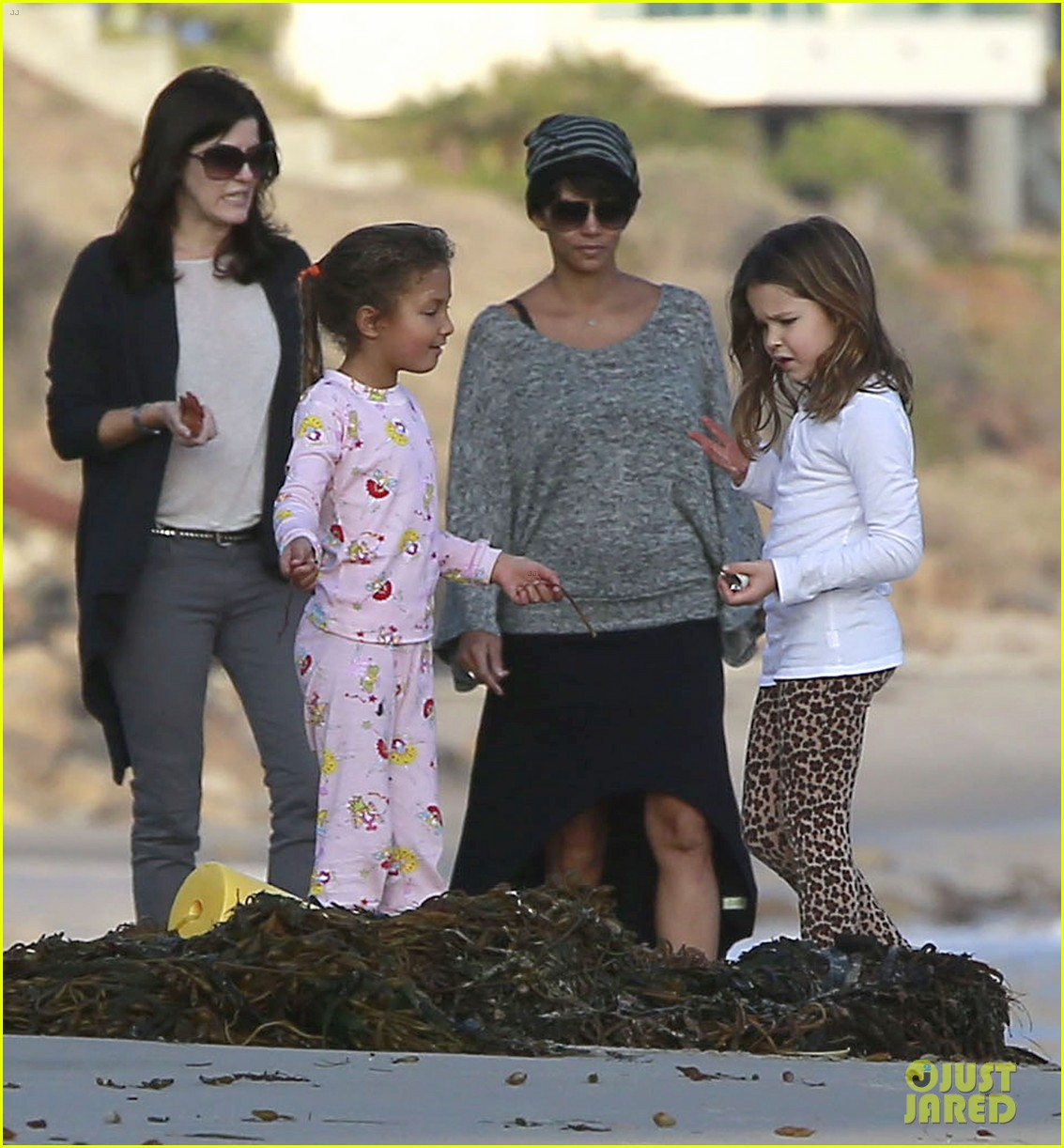 halle berry strolls the beach with nahla friends 073016063