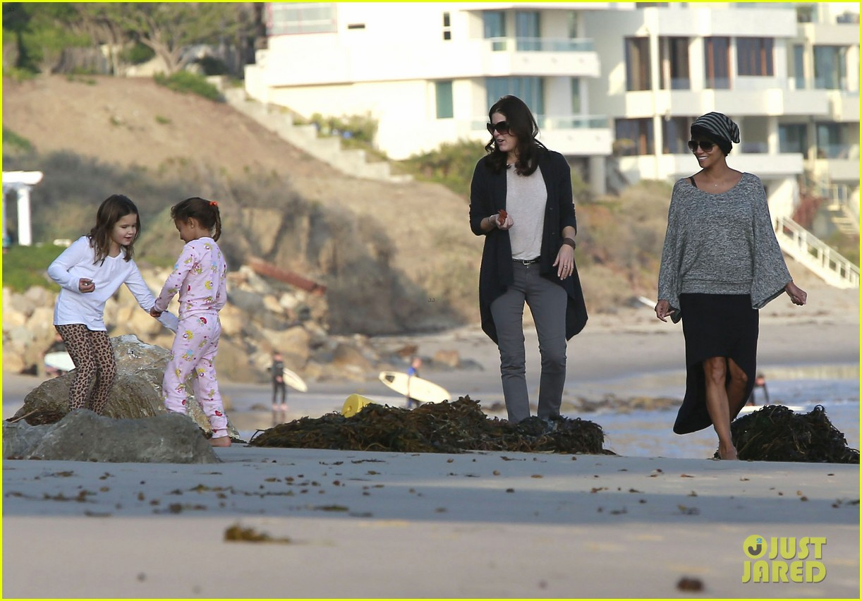 halle berry strolls the beach with nahla friends 083016064