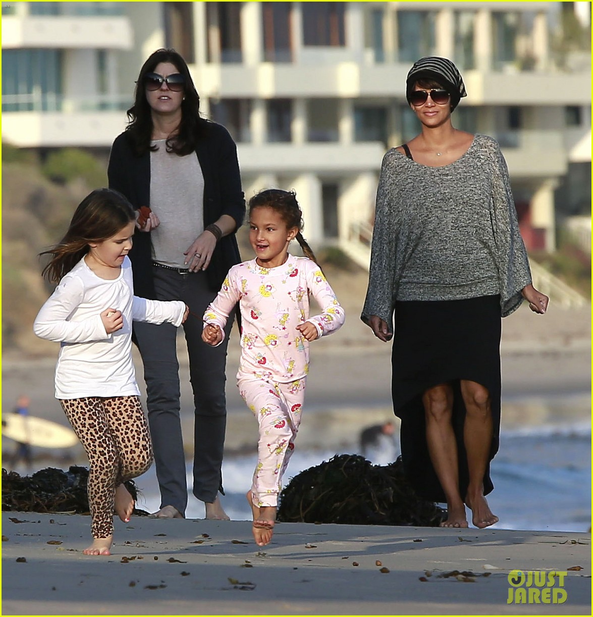 halle berry strolls the beach with nahla friends 10