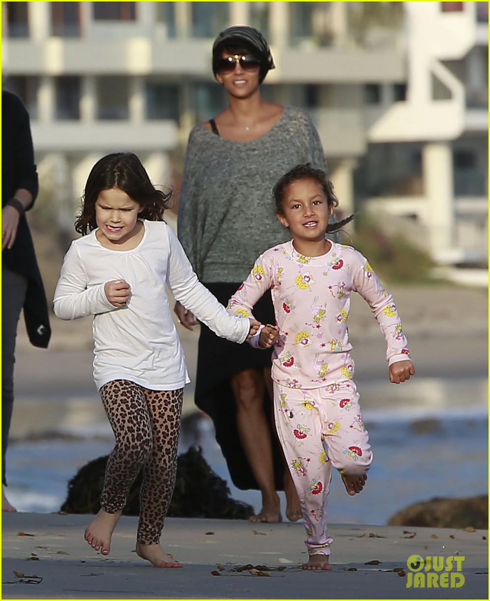 halle berry strolls the beach with nahla friends 113016067