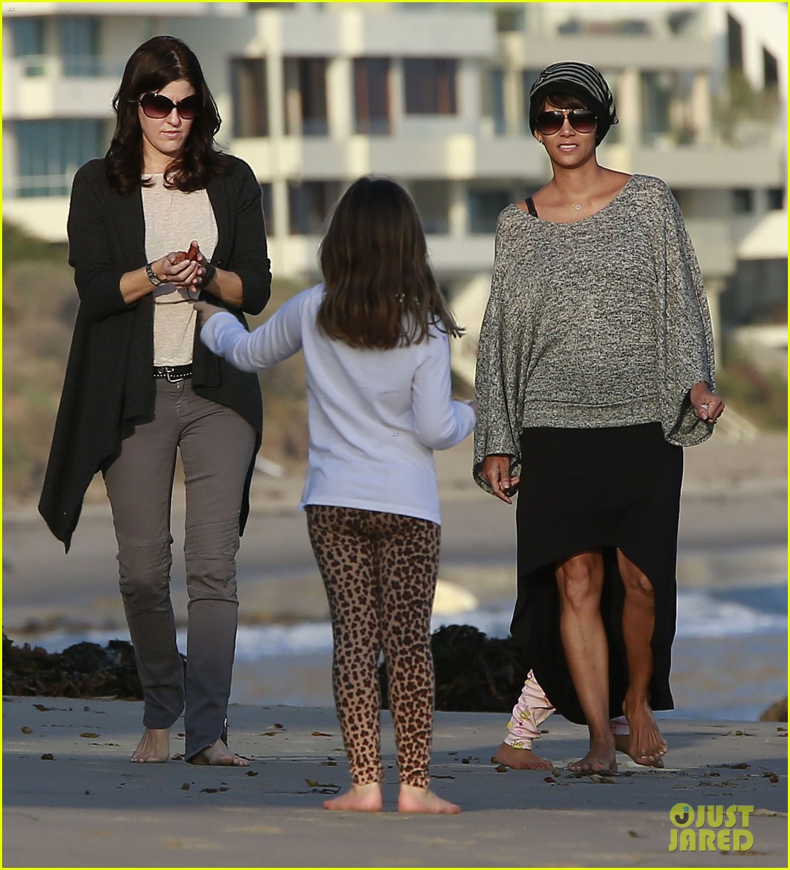halle berry strolls the beach with nahla friends 123016068