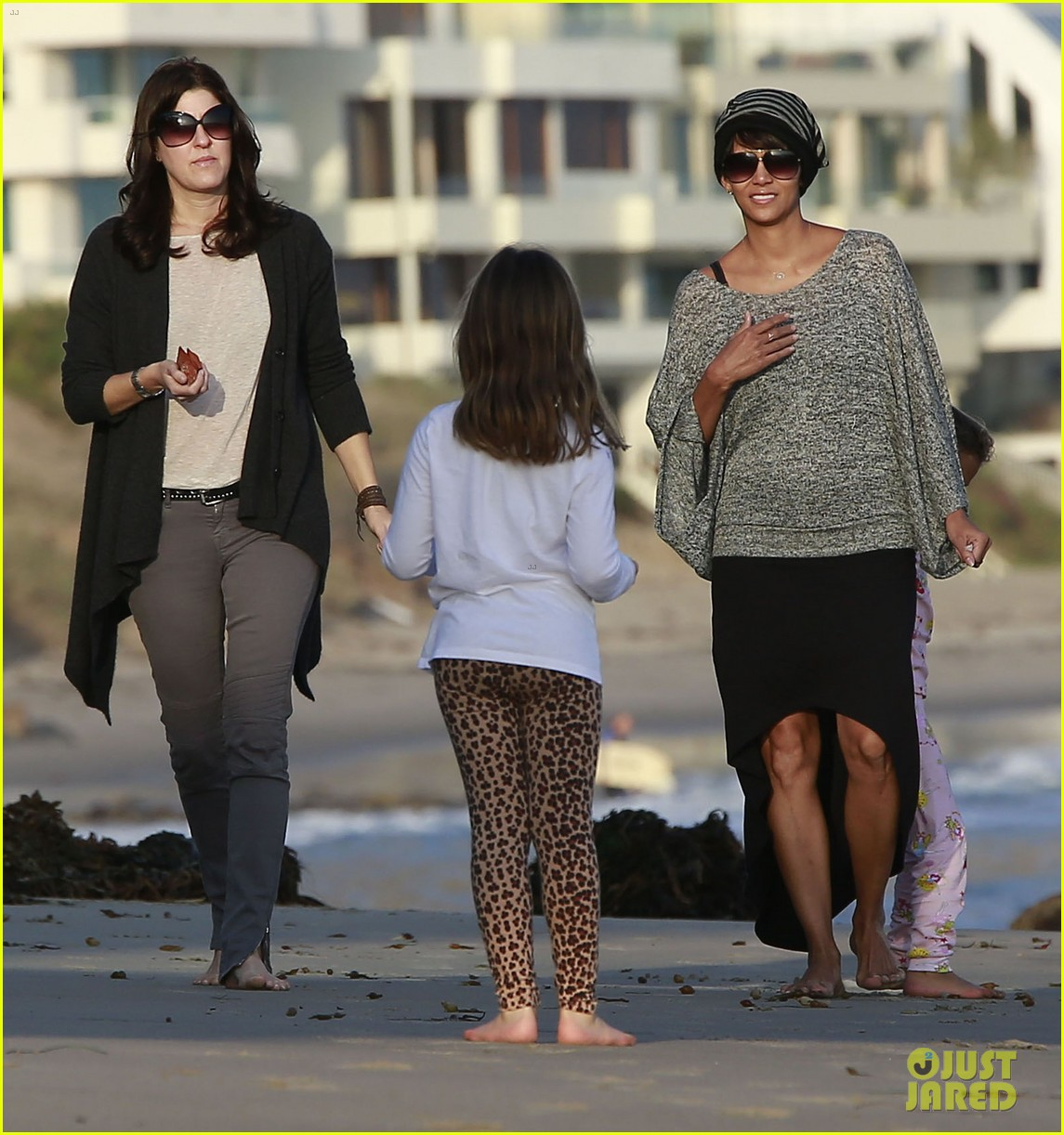 halle berry strolls the beach with nahla friends 133016069