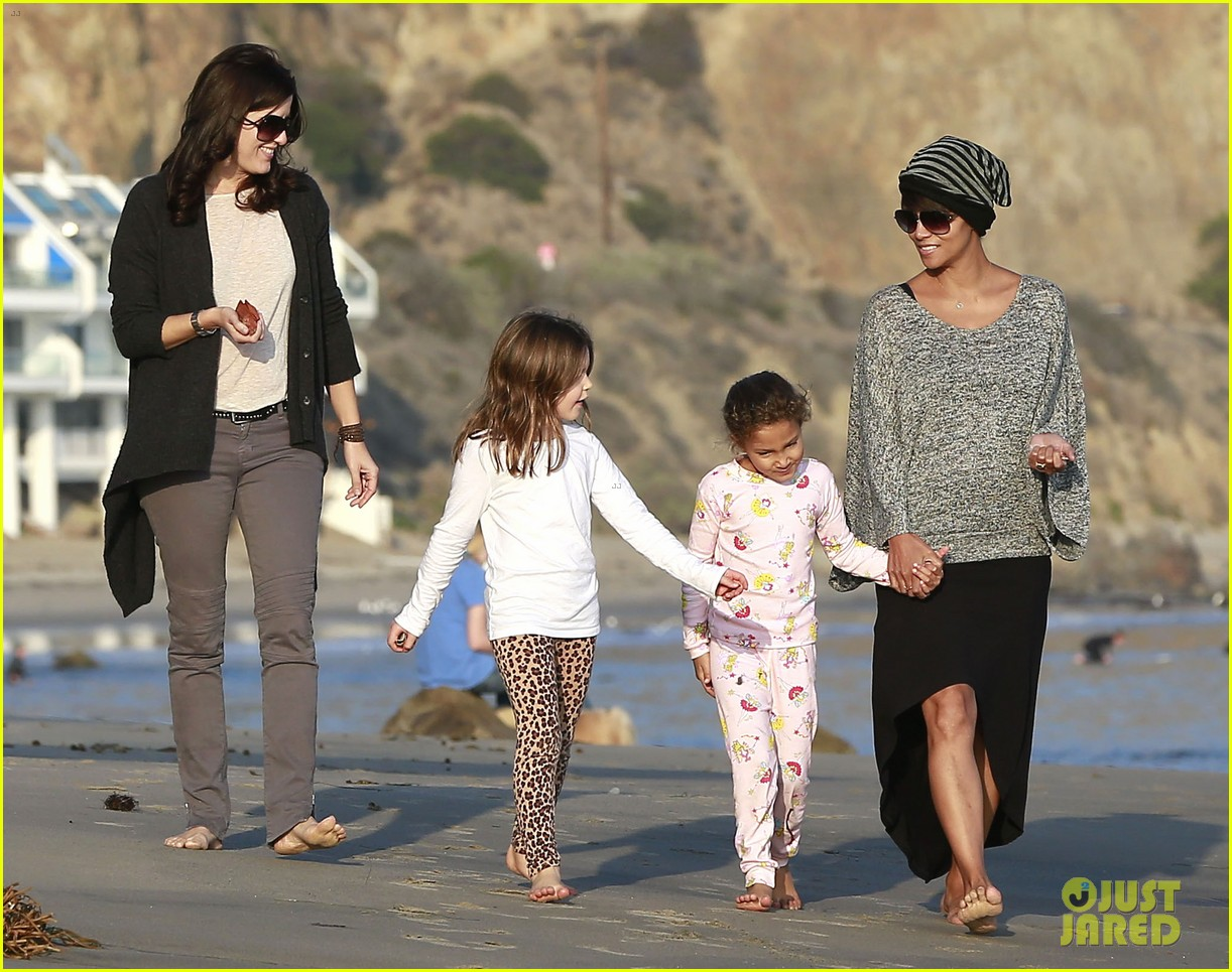 halle berry strolls the beach with nahla friends 143016070