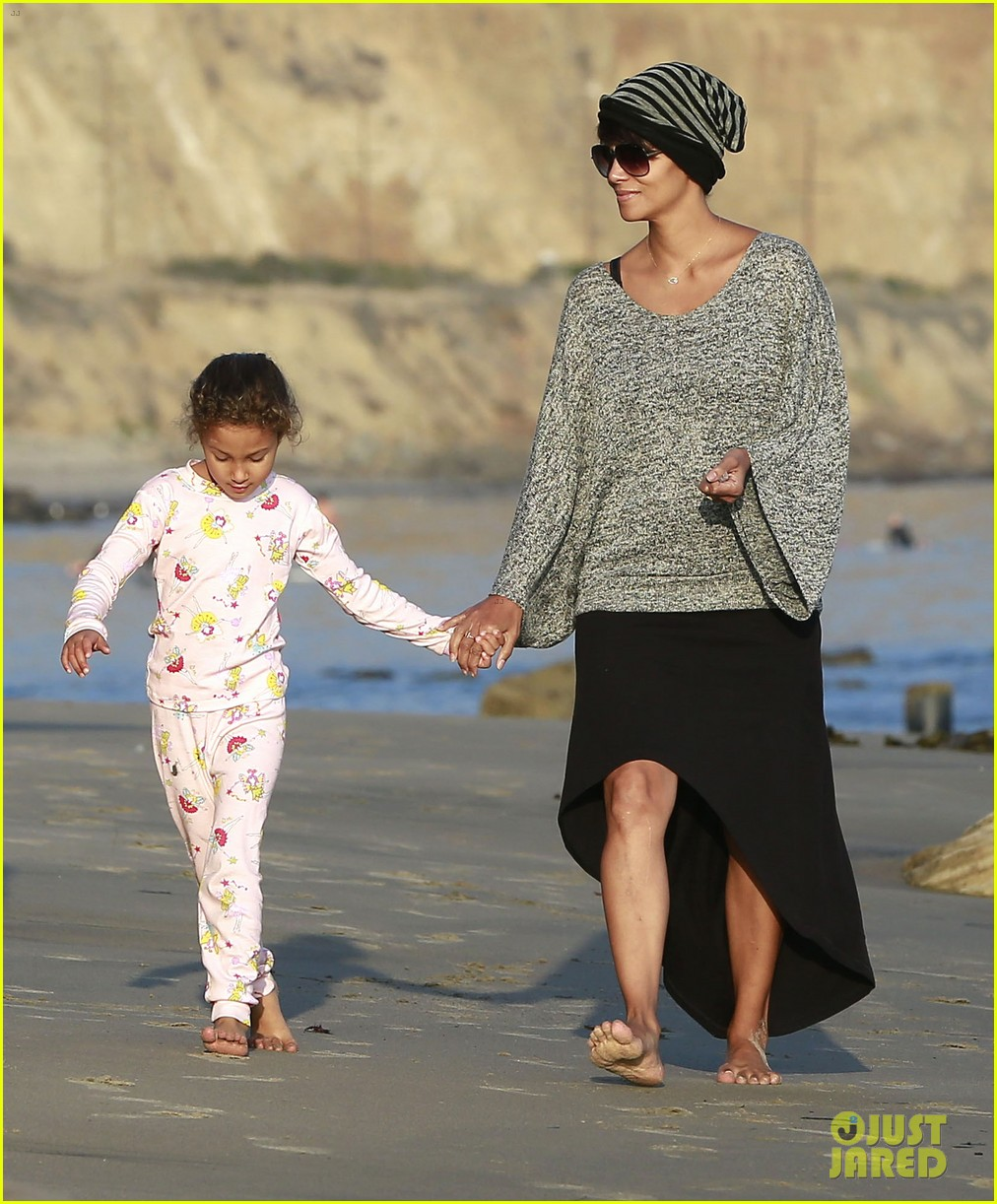halle berry strolls the beach with nahla friends 153016071
