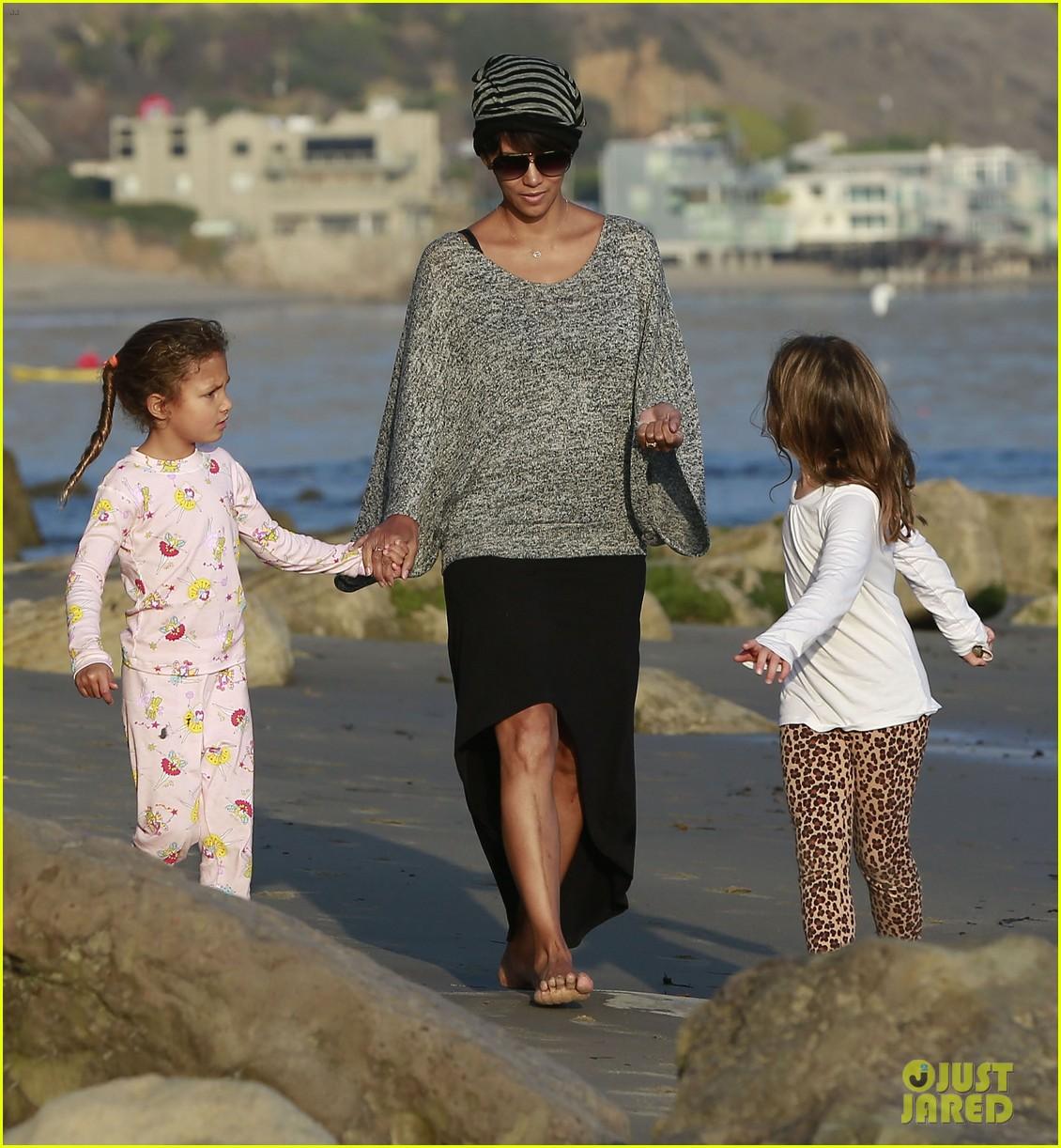 halle berry strolls the beach with nahla friends 163016072