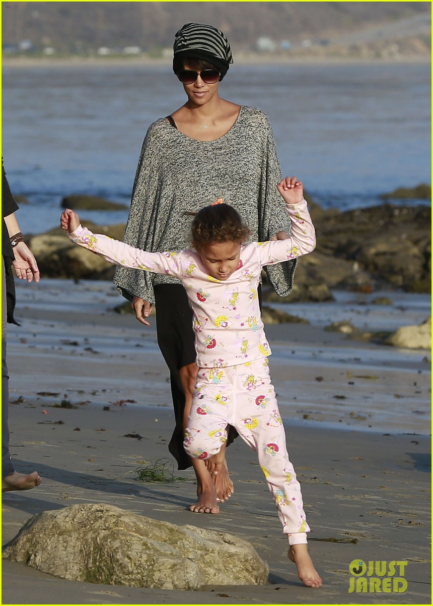 halle berry strolls the beach with nahla friends 173016073