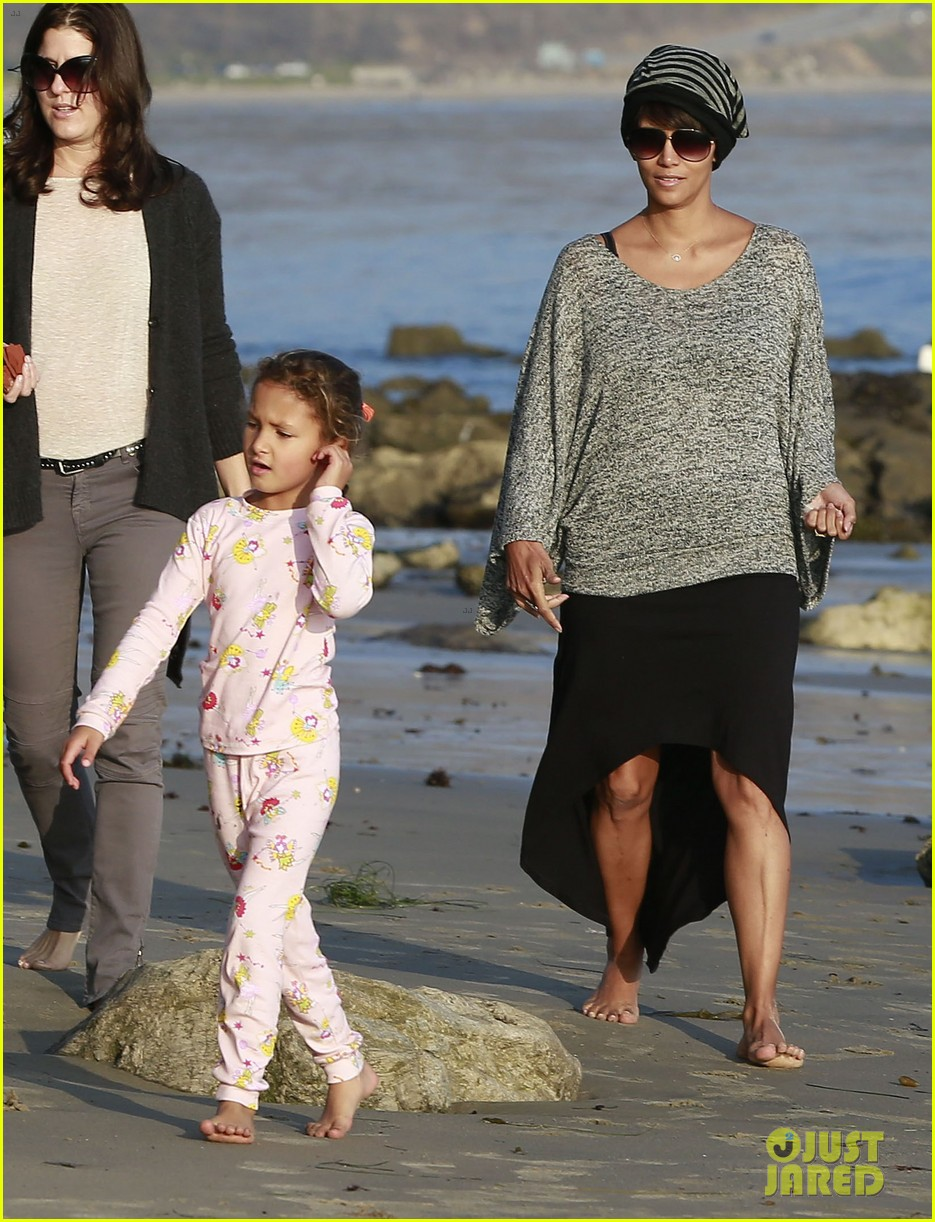 halle berry strolls the beach with nahla friends 183016074
