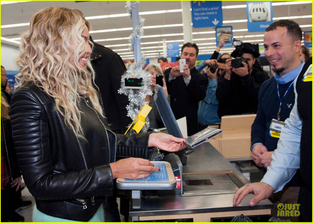 beyonce surprise shopping trip to walmart 08