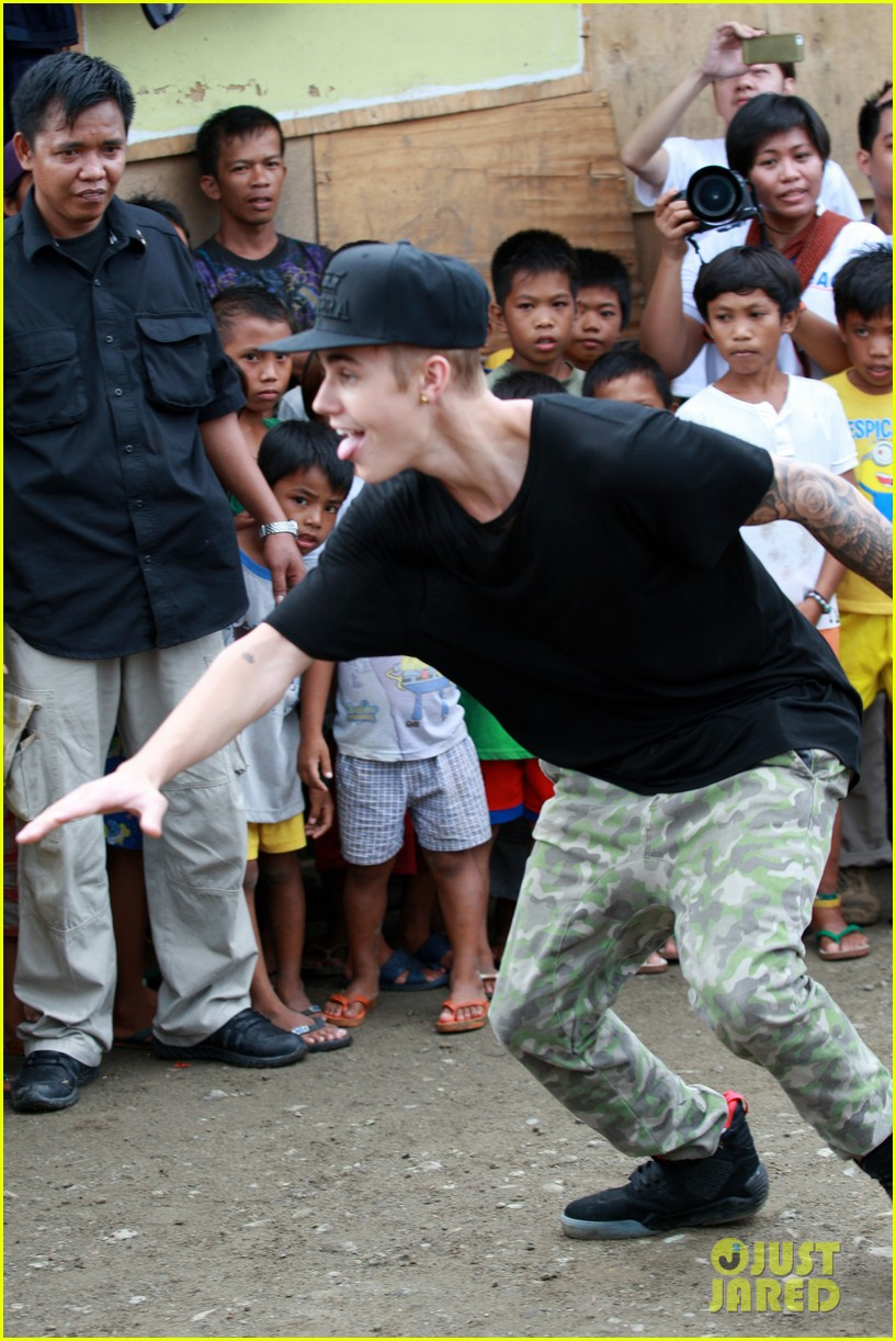 justin bieber meets phillippenes typhoon victims 013009014