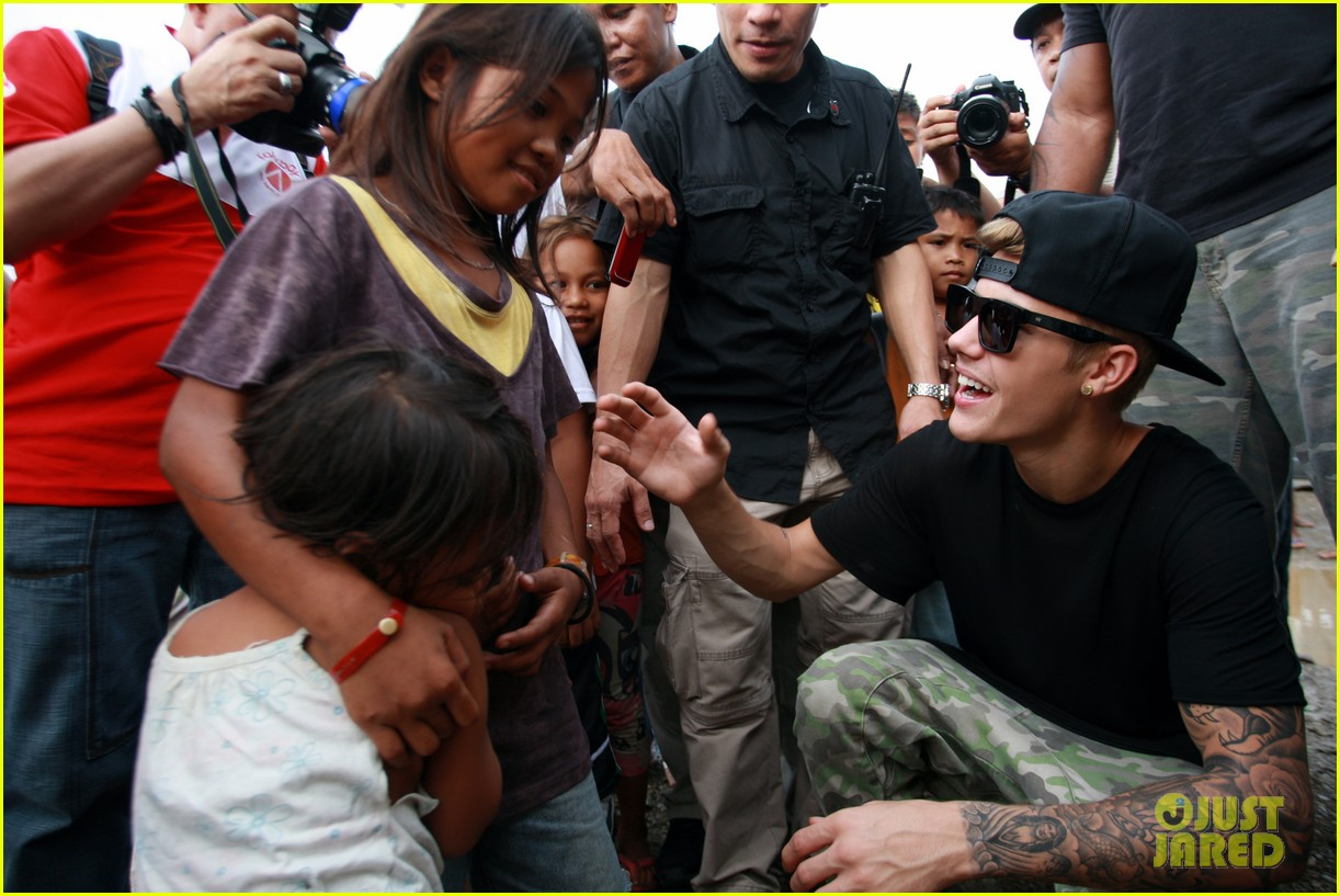 justin bieber meets phillippenes typhoon victims 073009020