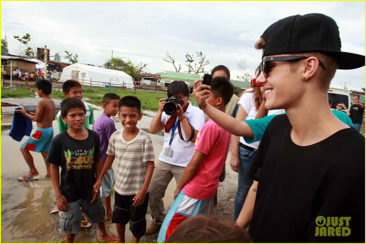 justin bieber meets phillippenes typhoon victims 17