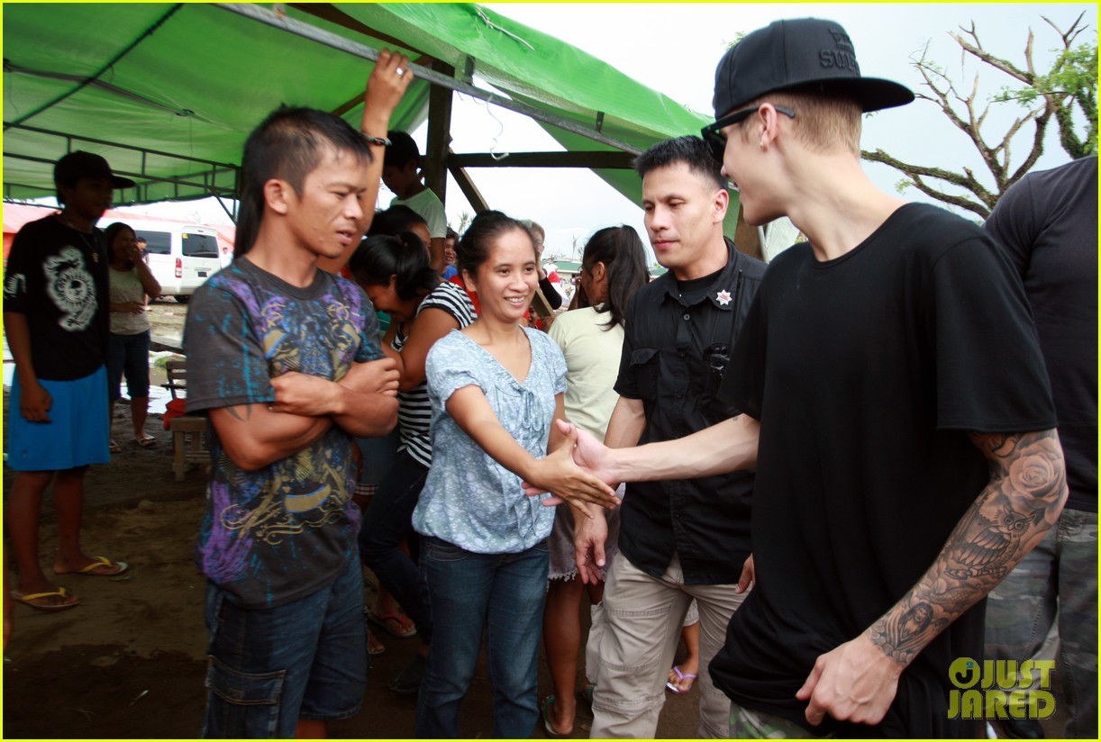 justin bieber meets phillippenes typhoon victims 183009031