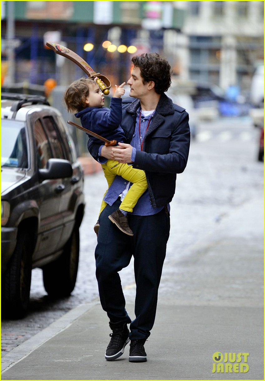 orlando bloom flynn play with toy swords in the big apple 013005793