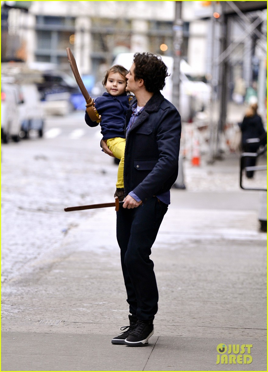 orlando bloom flynn play with toy swords in the big apple 023005794