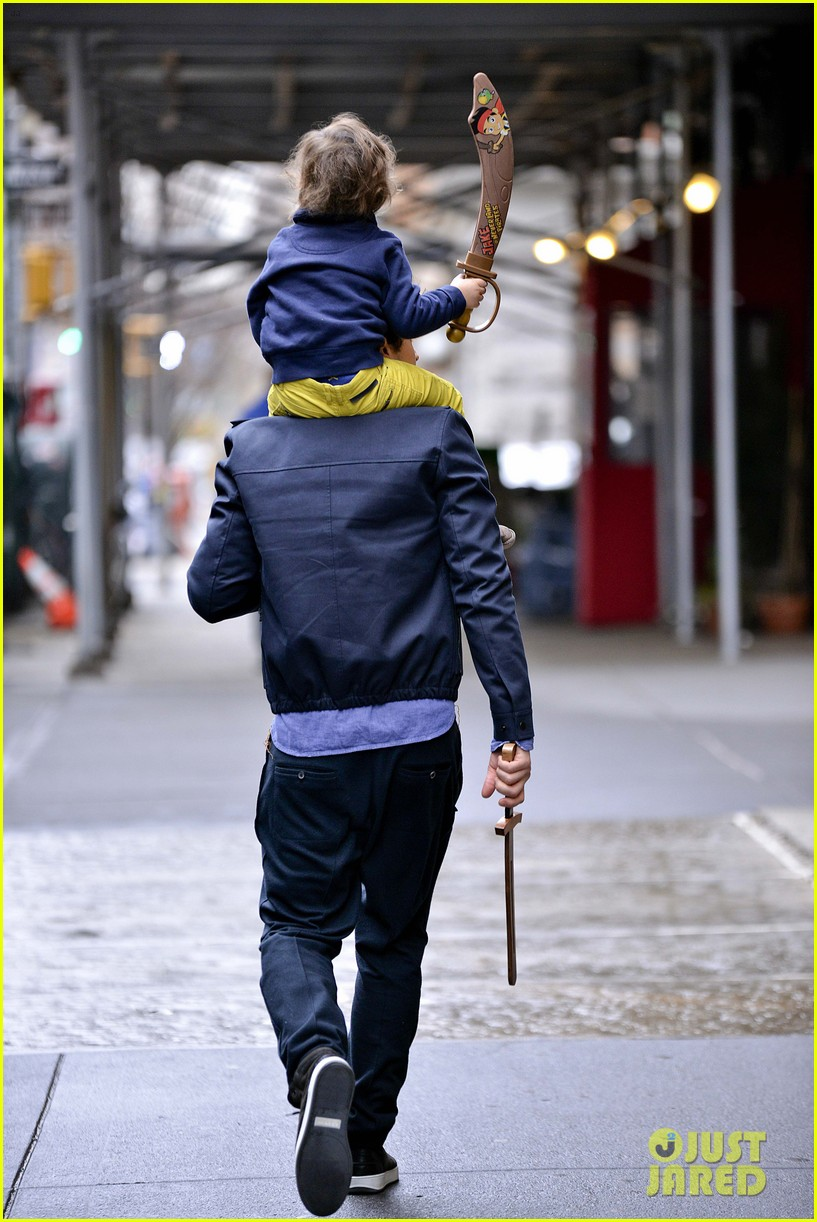 orlando bloom flynn play with toy swords in the big apple 033005795