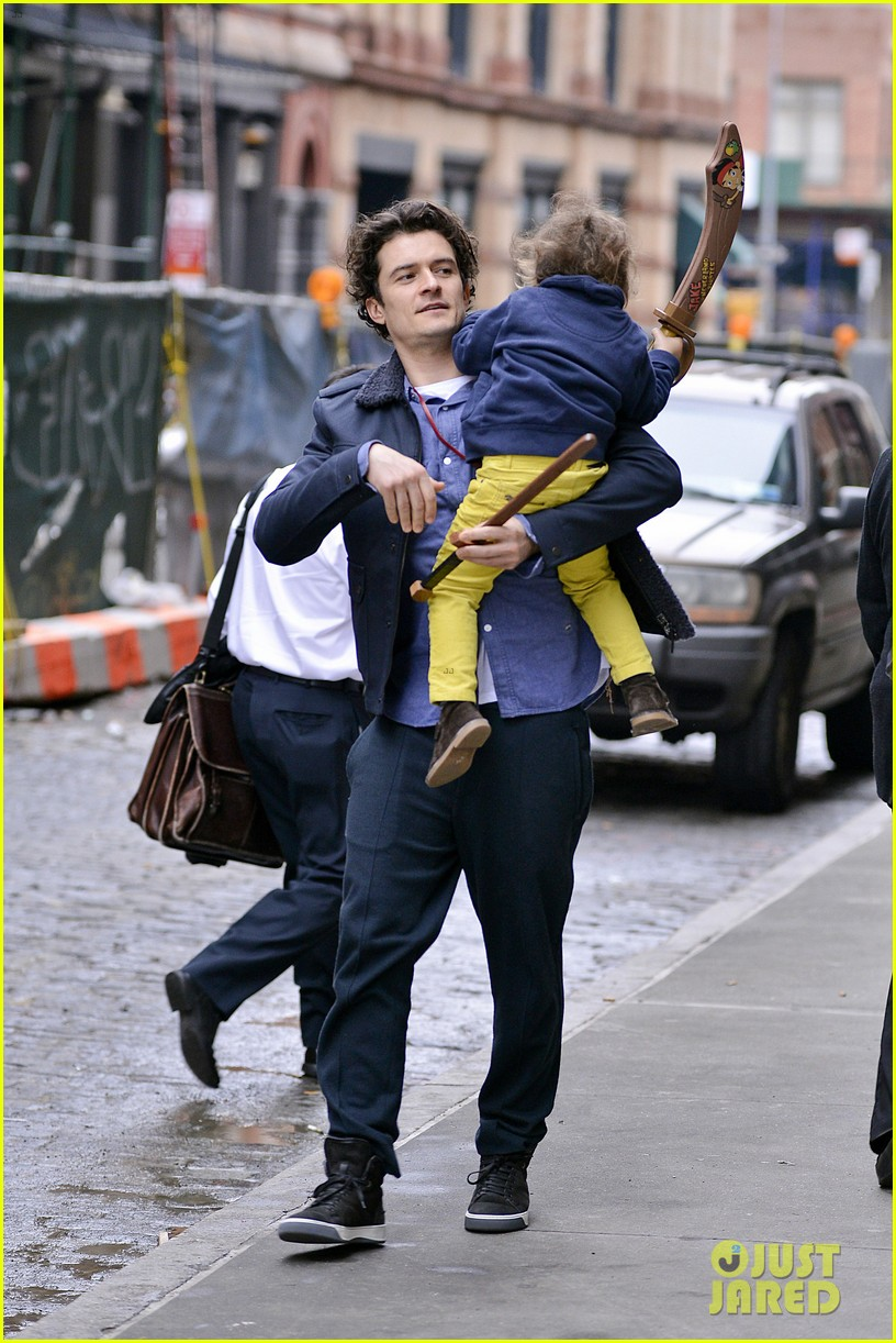 orlando bloom flynn play with toy swords in the big apple 053005797