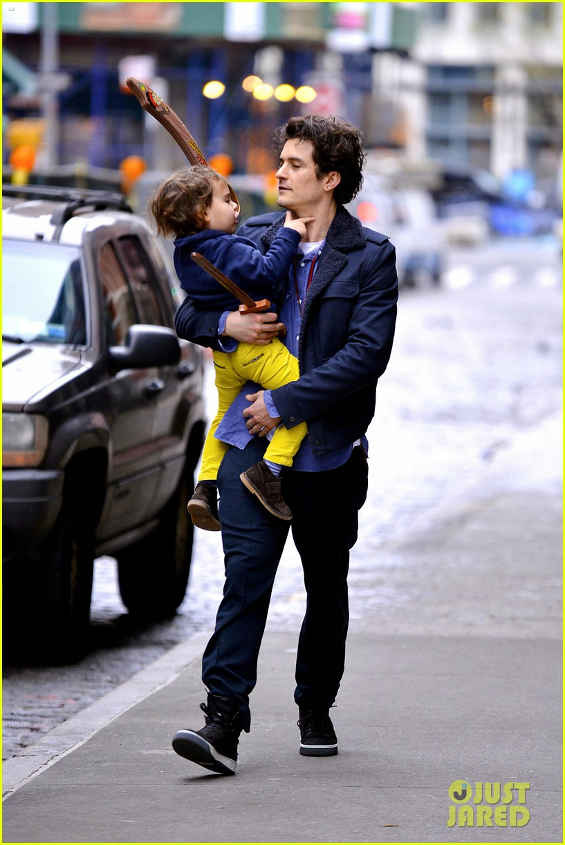 orlando bloom flynn play with toy swords in the big apple 063005798