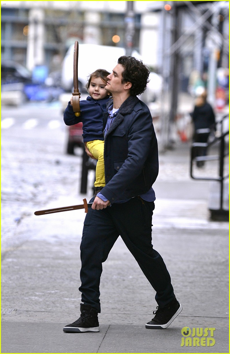 orlando bloom flynn play with toy swords in the big apple 083005800
