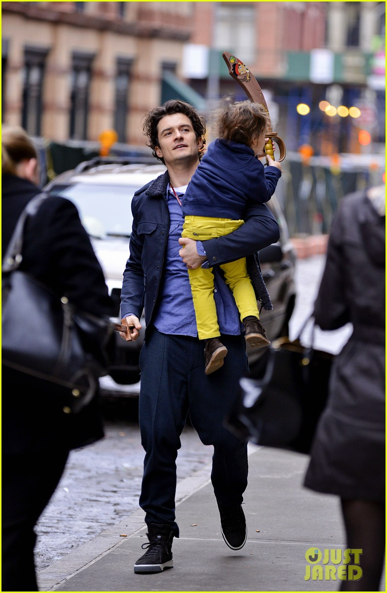 orlando bloom flynn play with toy swords in the big apple 093005801