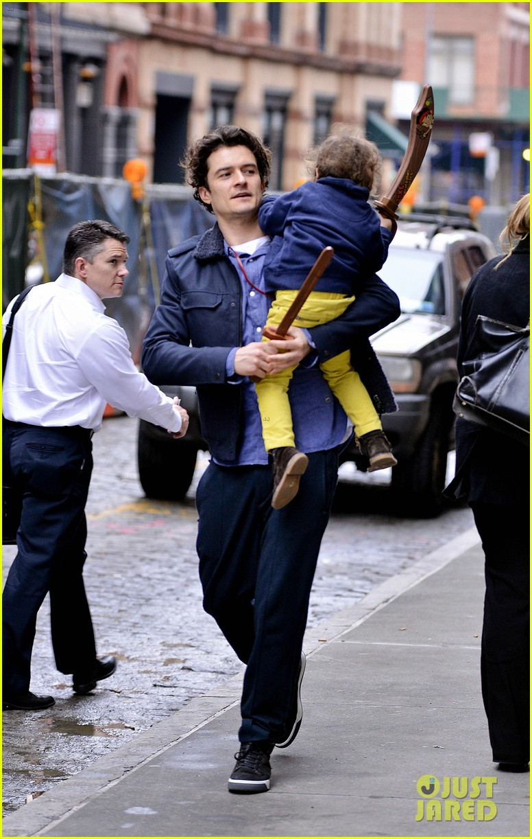 orlando bloom flynn play with toy swords in the big apple 113005803