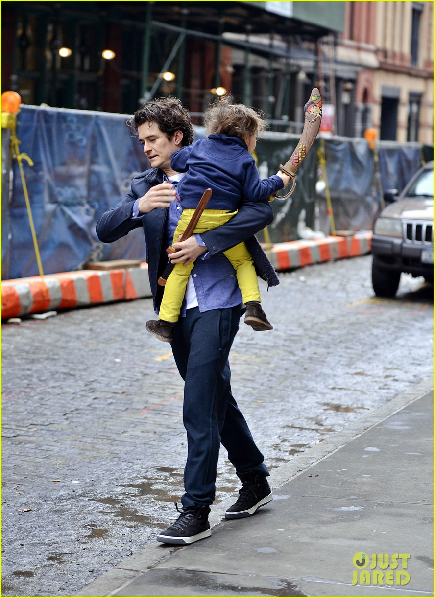 orlando bloom flynn play with toy swords in the big apple 143005806